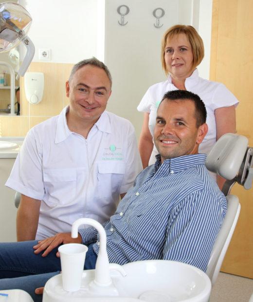 Dr. Vaszilev Kaloján és asszisztens kollégája péciensükkel az Újbuda Dentalban